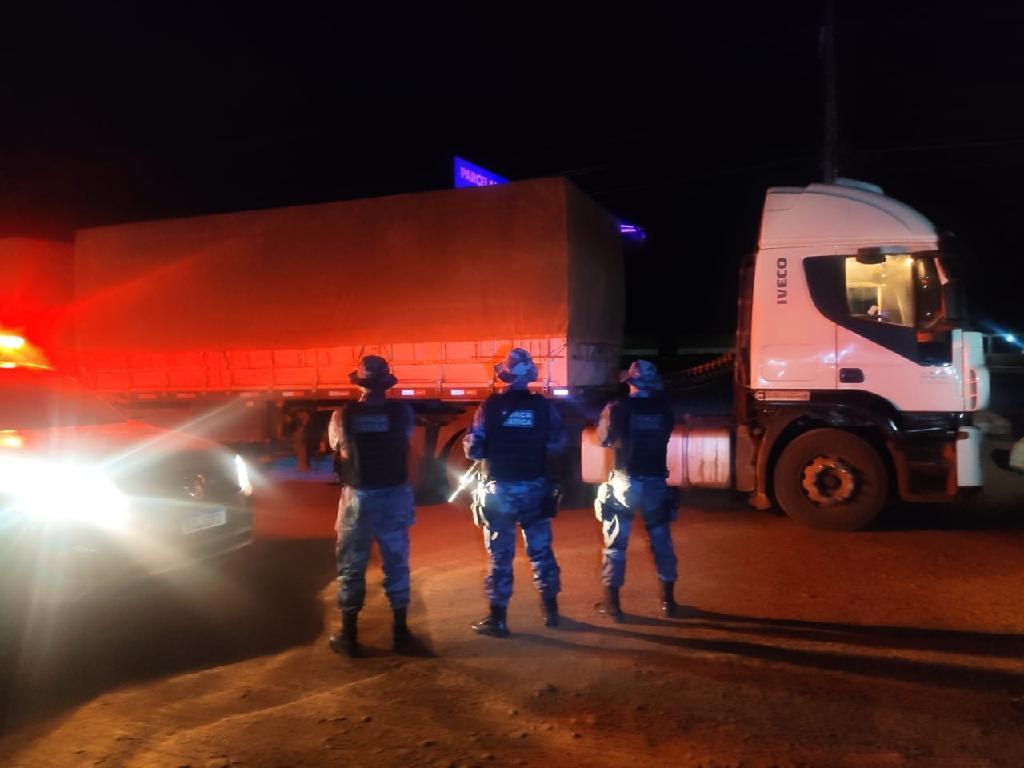 Força Tática recupera carreta com carga de milho e prende três em flagrante