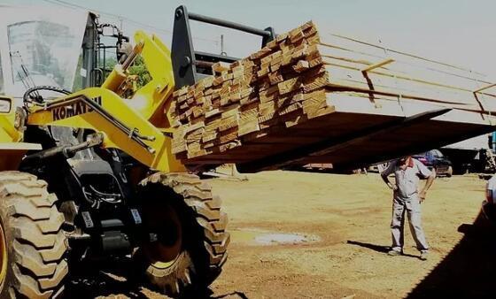 Fardo de madeira cai de carregadeira e mata menor de 17 anos